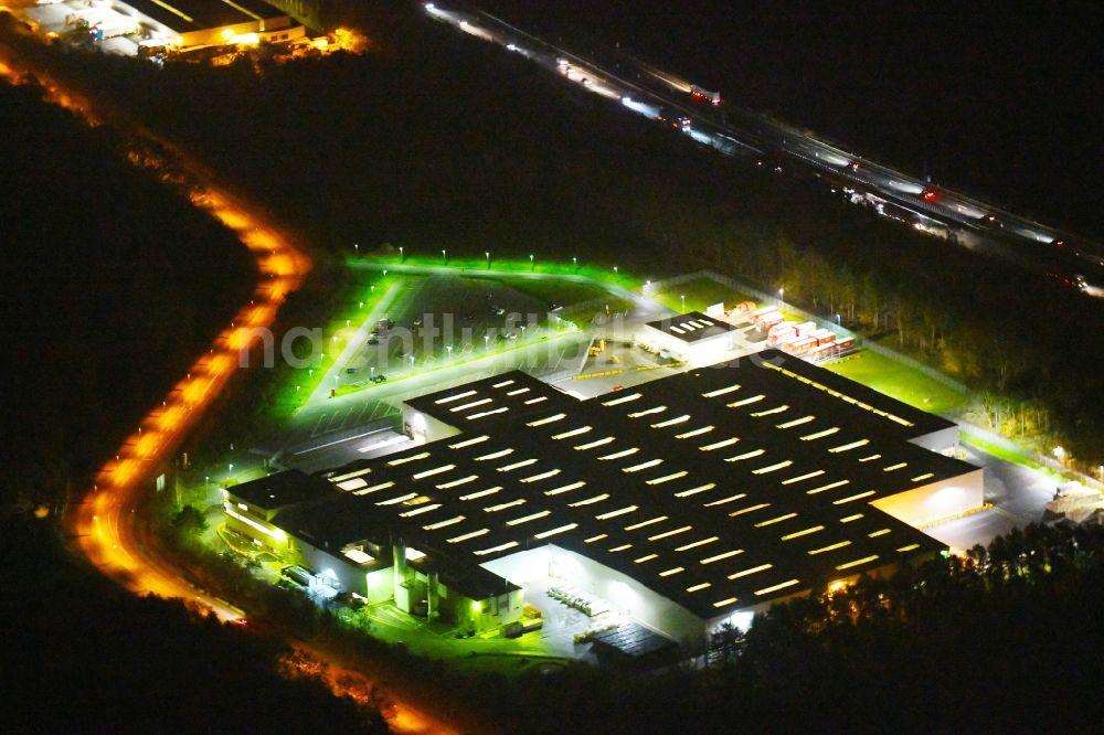 Nacht-Luftaufnahme Ludwigsfelde - Nachtluftbild Gebäudekomplex und ...